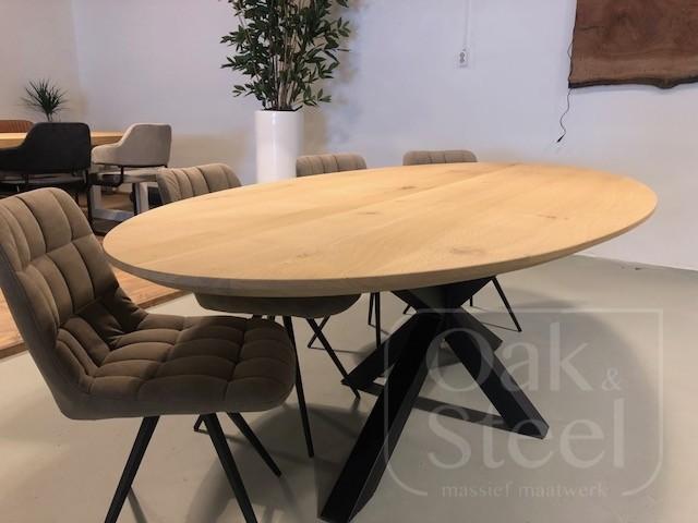 Ovale eiken tafel, massief eiken. Met facetrand