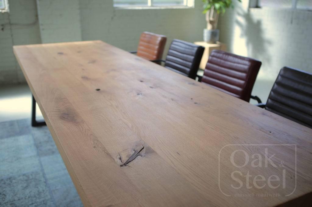 Eiken tafel in een industrieel interieur. Afgewerkt met olie