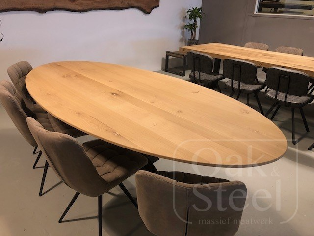 Ovale eiken tafel met facetrand van 4 cm dik