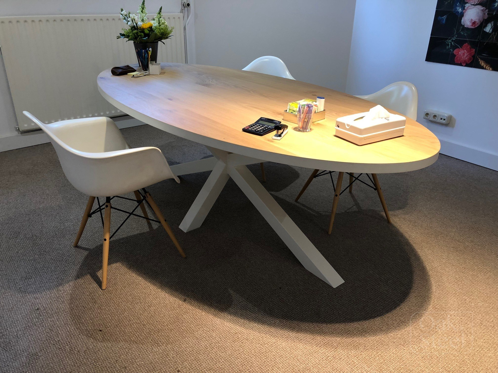 Ovale eiken tafel met wit gelakte rand