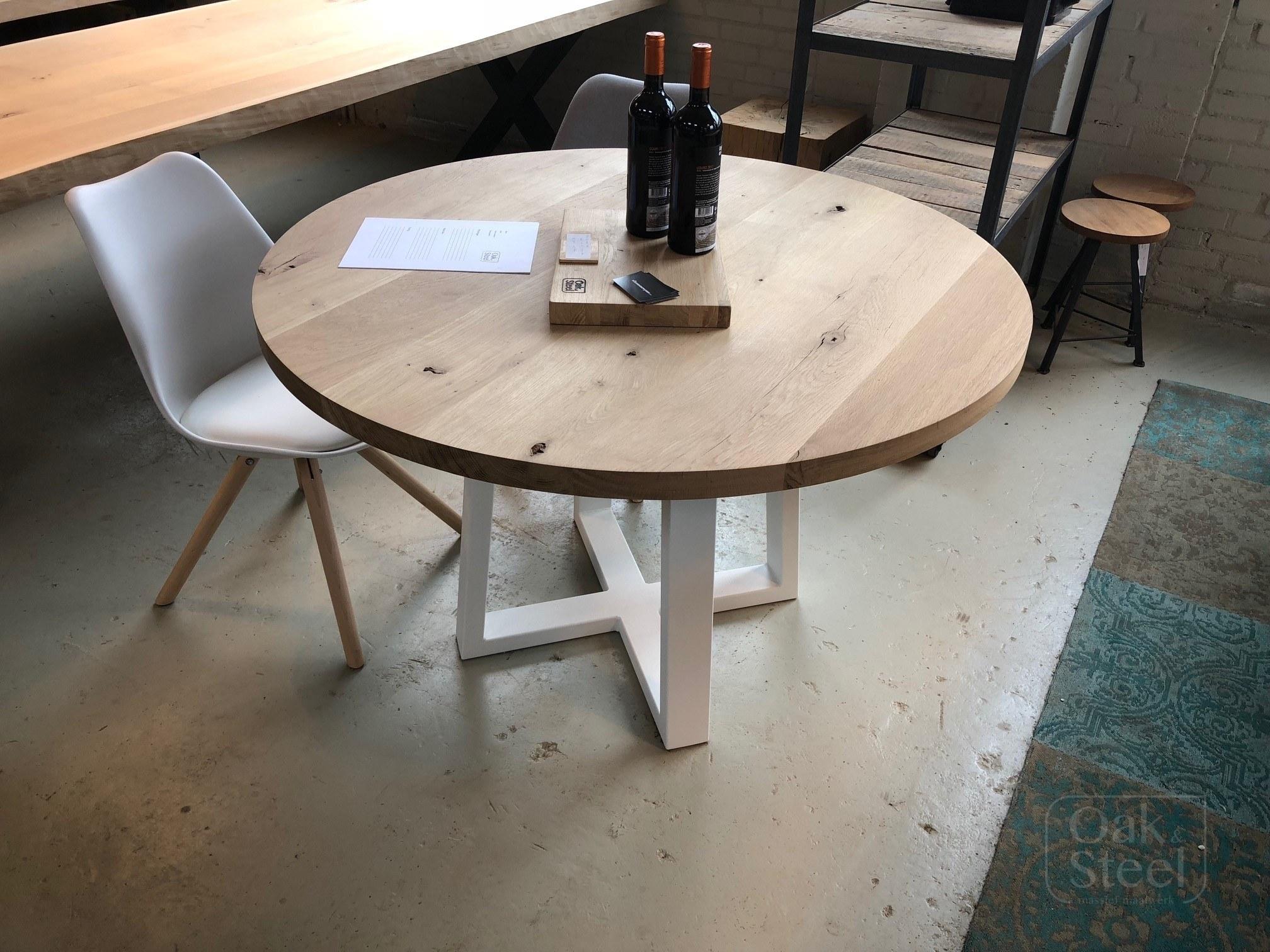 Ronde eikenhouten tafel met wit onderstel