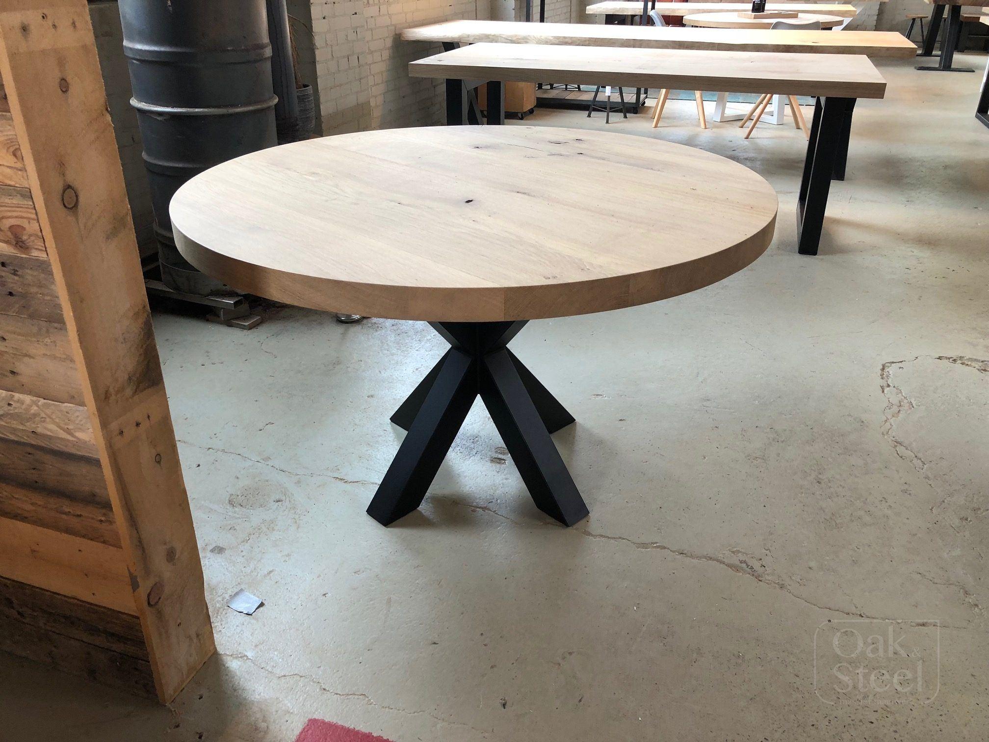 Ronde eikenhouten tafel. Massief eiken