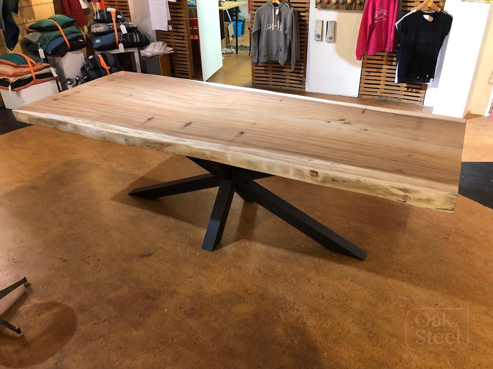 Boomstamtafel van Suar hout op een stalen matrixpoot